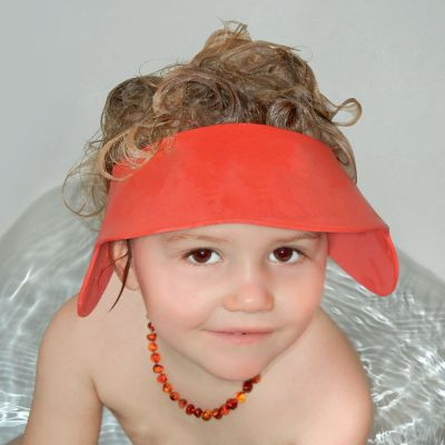Reer Adjustable Shampoo Shield helps keep the shampoo & water from the face during bath time